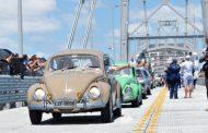 Ponte Hercílio Luz é reaberta com desfile de carros antigos